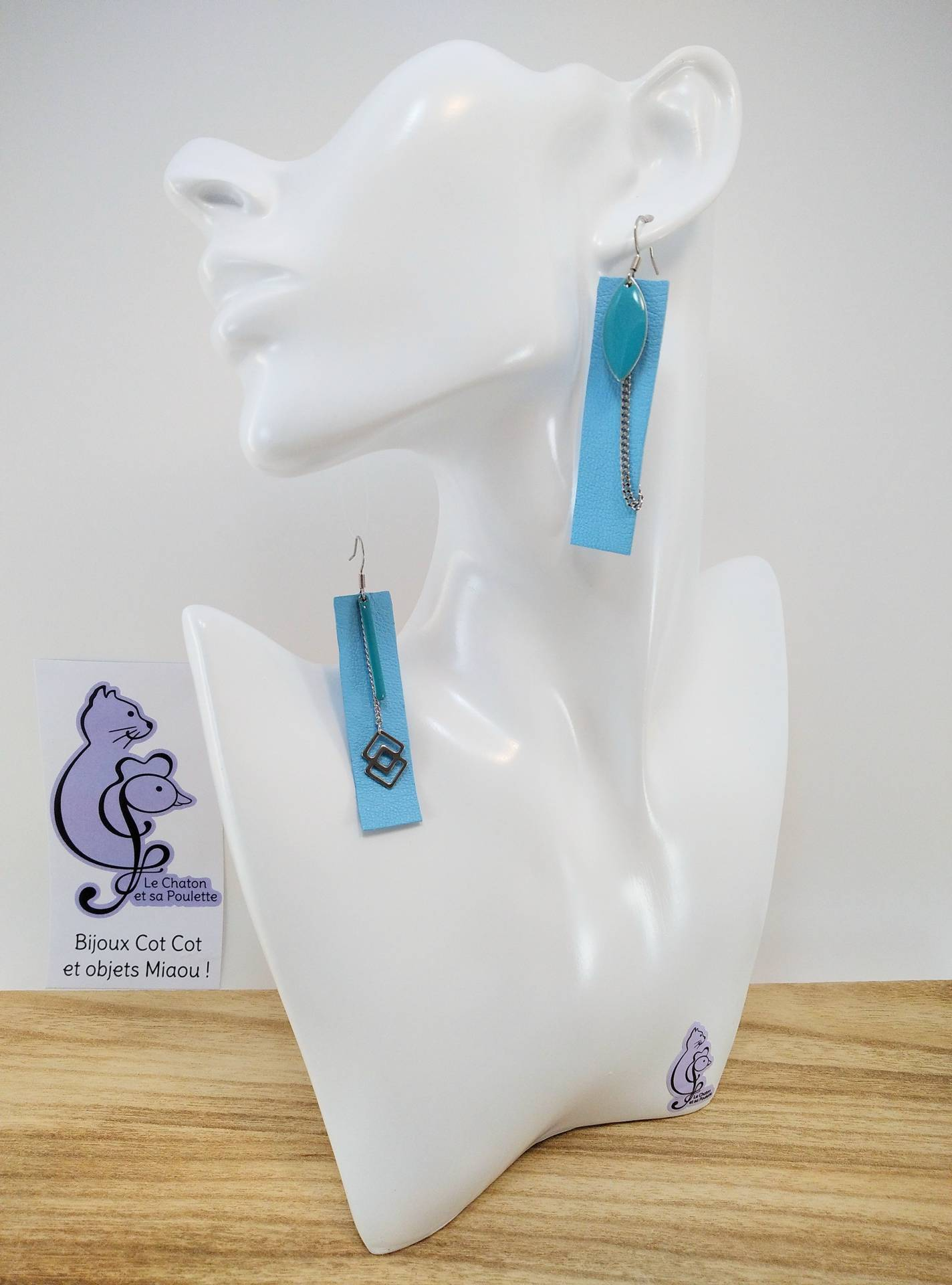 B.O. FORMIDABLE modèle 3 Cuir bleu azur, breloques résine navette et barre turquoises, breloque inox carrés enlacés et chaine