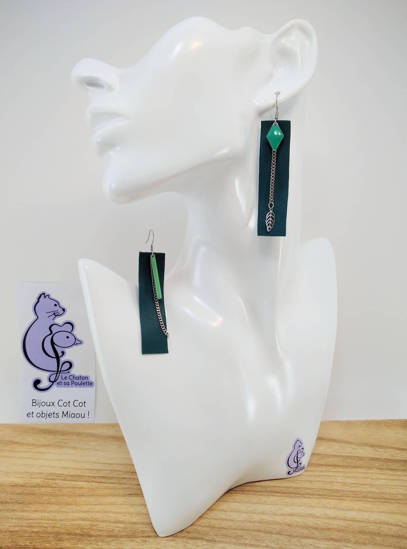 B.O. FORMIDABLE modèle 3 Cuir vert émeraude, breloques résine losange vert prasin et barre vert d'eau, breloque inox feuille et chaine