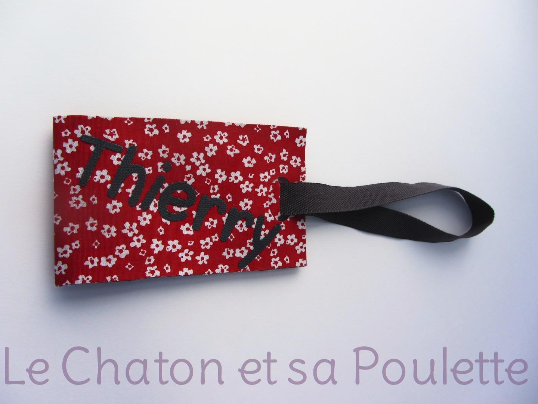 Porte-étiquette tissu Titfleurs blanches fond rouge