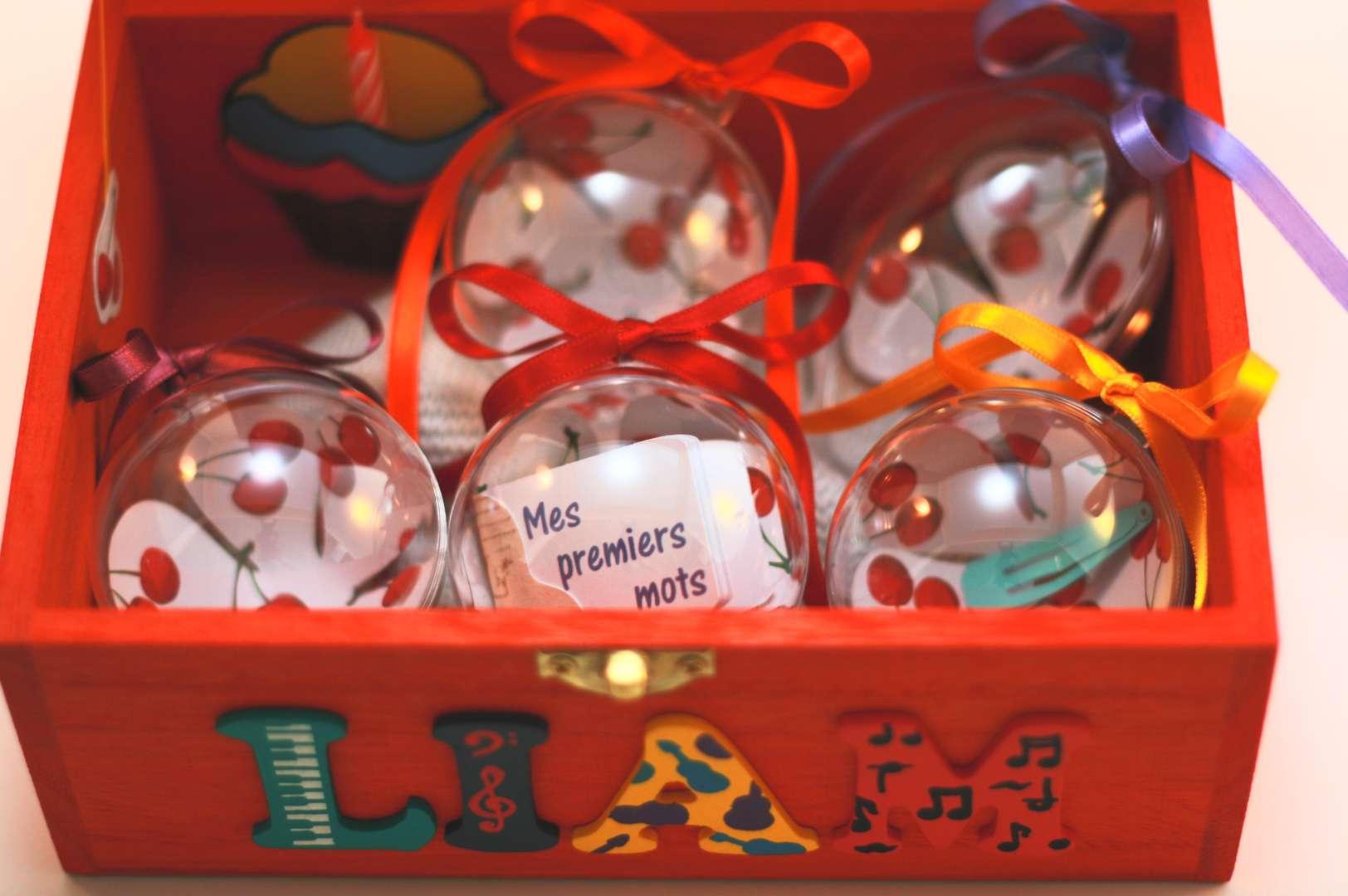 Coffret orange carotte, prénom décoré Liam, intérieur avec pochette cupcake et boules