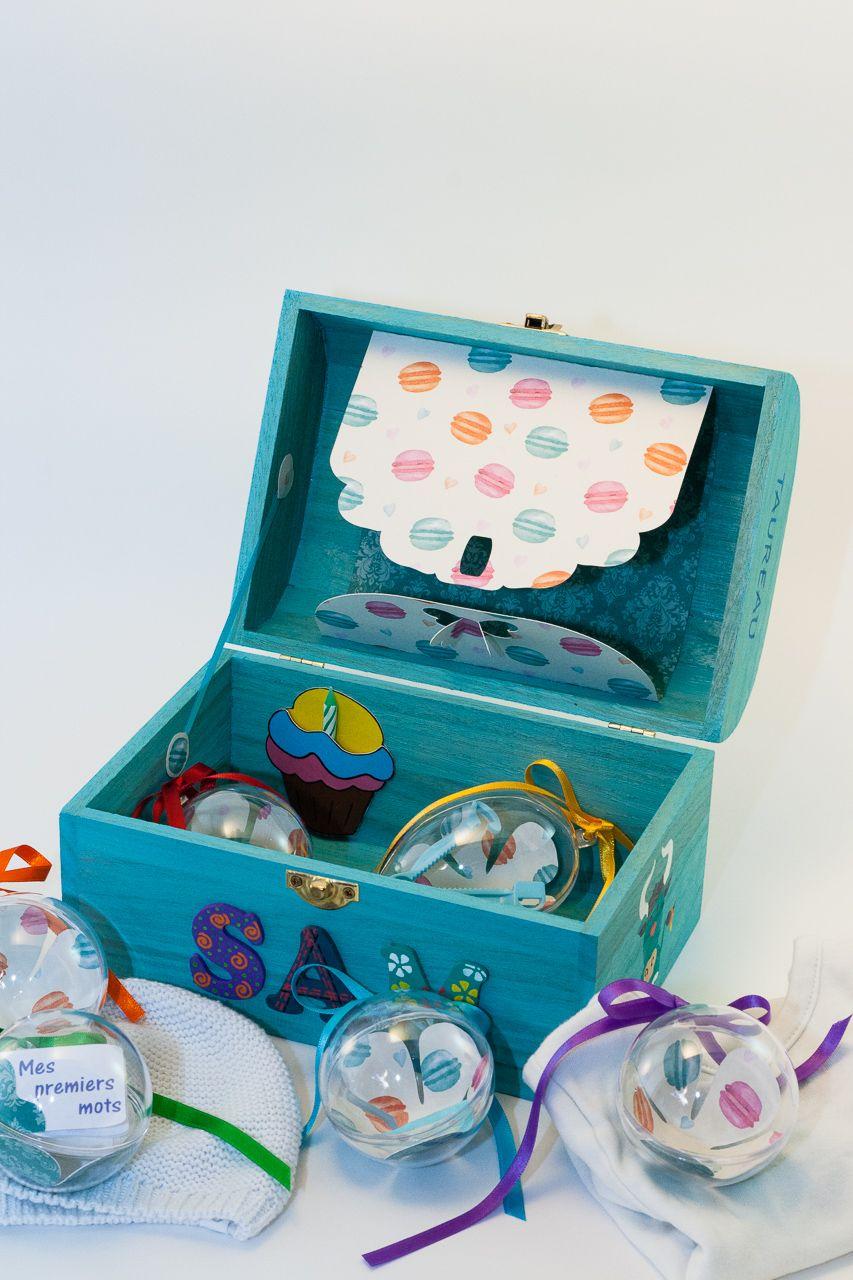 Coffret turquoise Sam, intérieur avec pochette cupcake, pochette dans le couvercle et boules