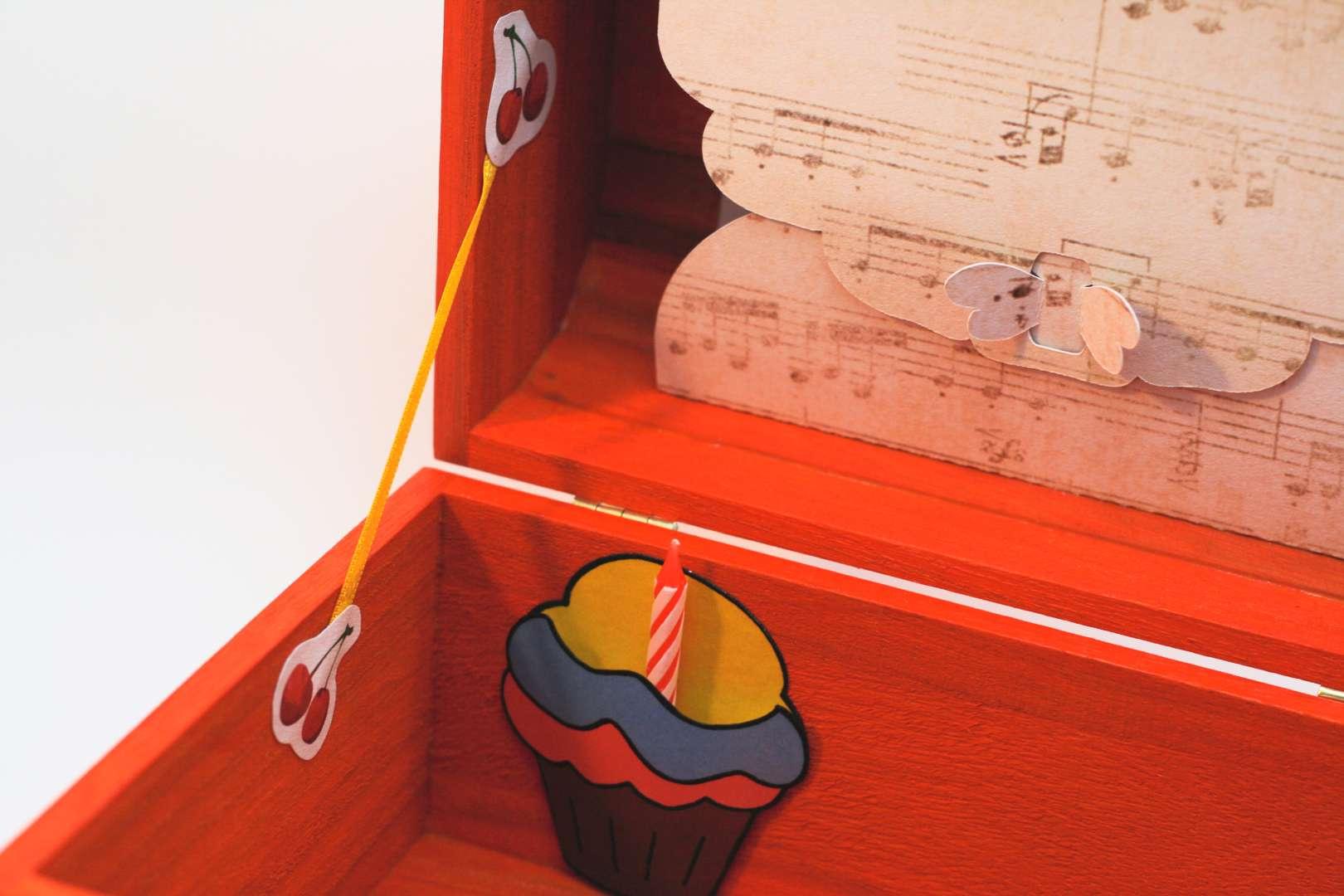 Coffret orange carotte Liam, intérieur avec pochette cupcake et pochette dans le couvercle