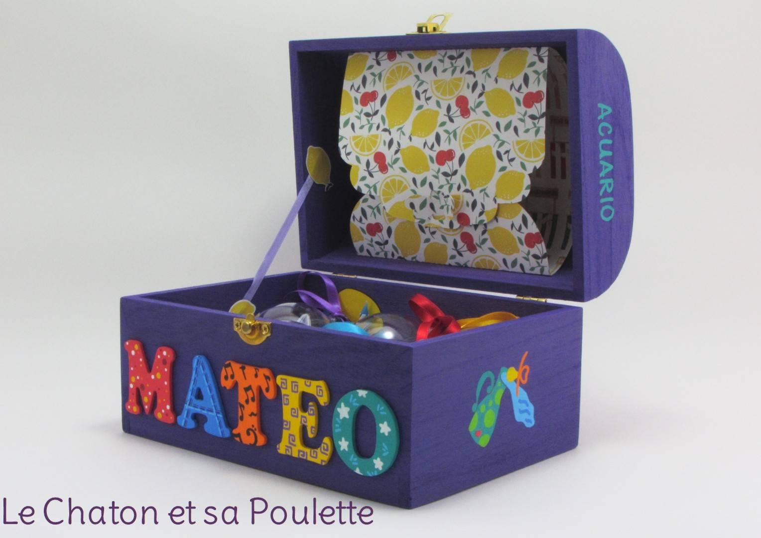 Coffret violet, prénom décoré Mateo, signe astrologique verseau, intérieur avec pochette cupcake et pochette dans le couvercle