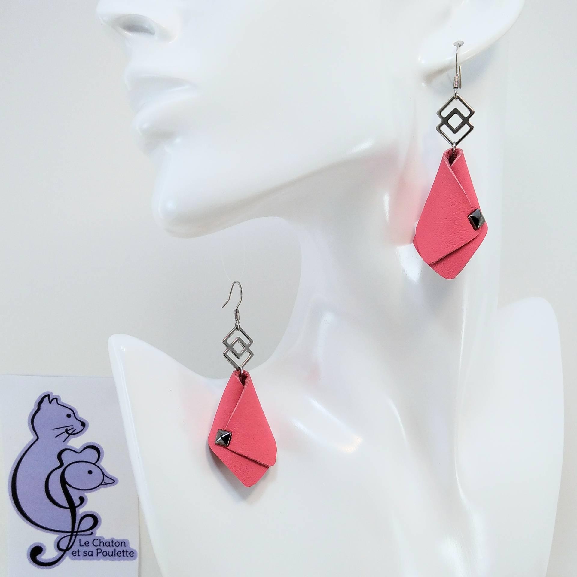 BO FORMIDABLE modèle VAL Cuir rose, breloque inox carrés entrelacés et carré diamant laiton noir