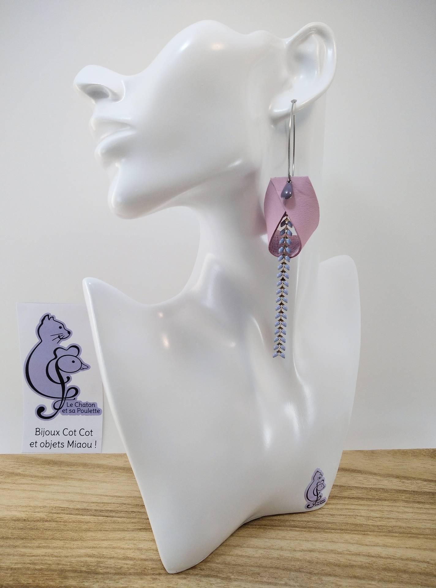 B.O. FORMIDABLE modèle 2 Cuir rose dragée, breloque goutte parme et chaine épis bleu pastel
