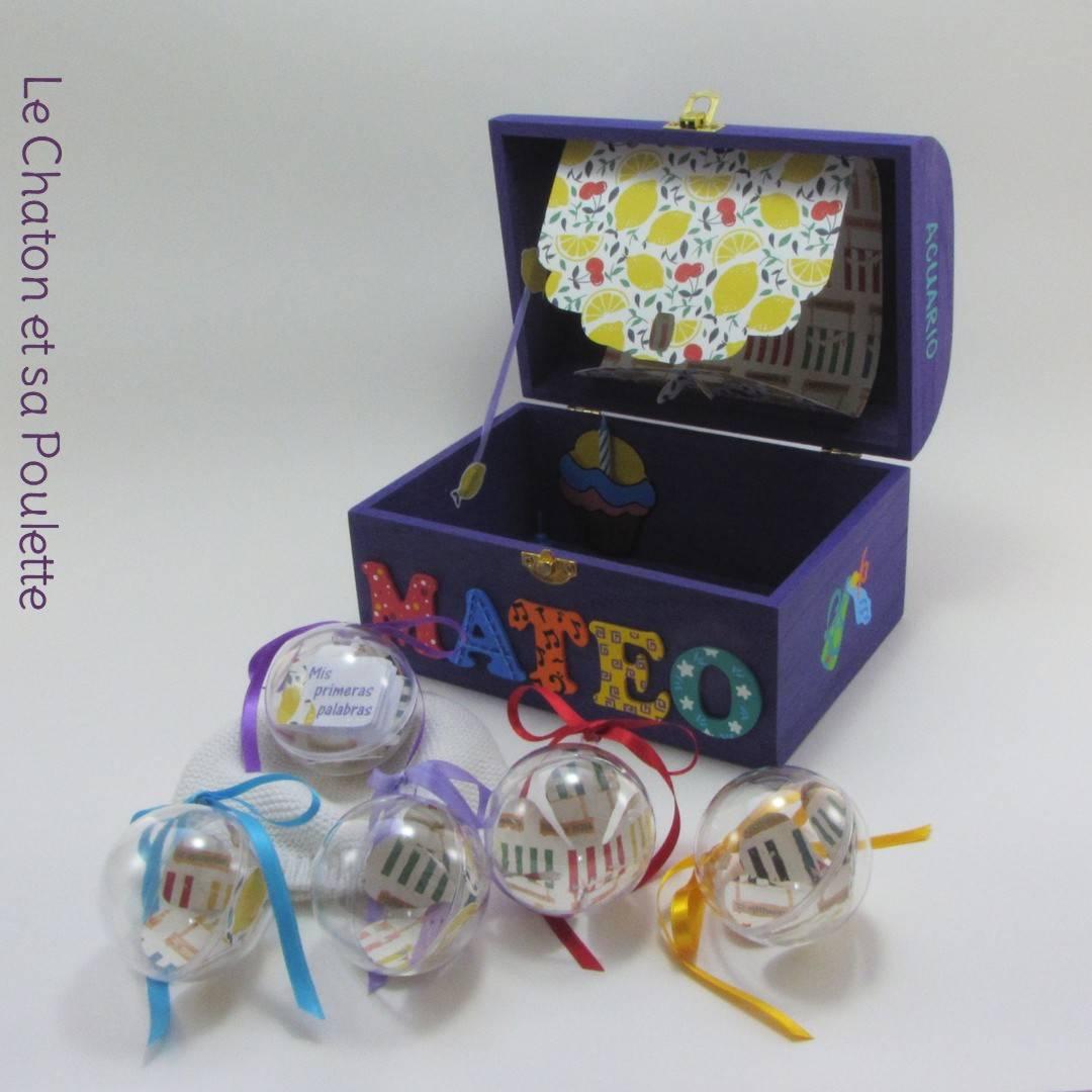 Coffret violet Mateo, intérieur avec pochette cupcake, pochette dans le couvercle et boules