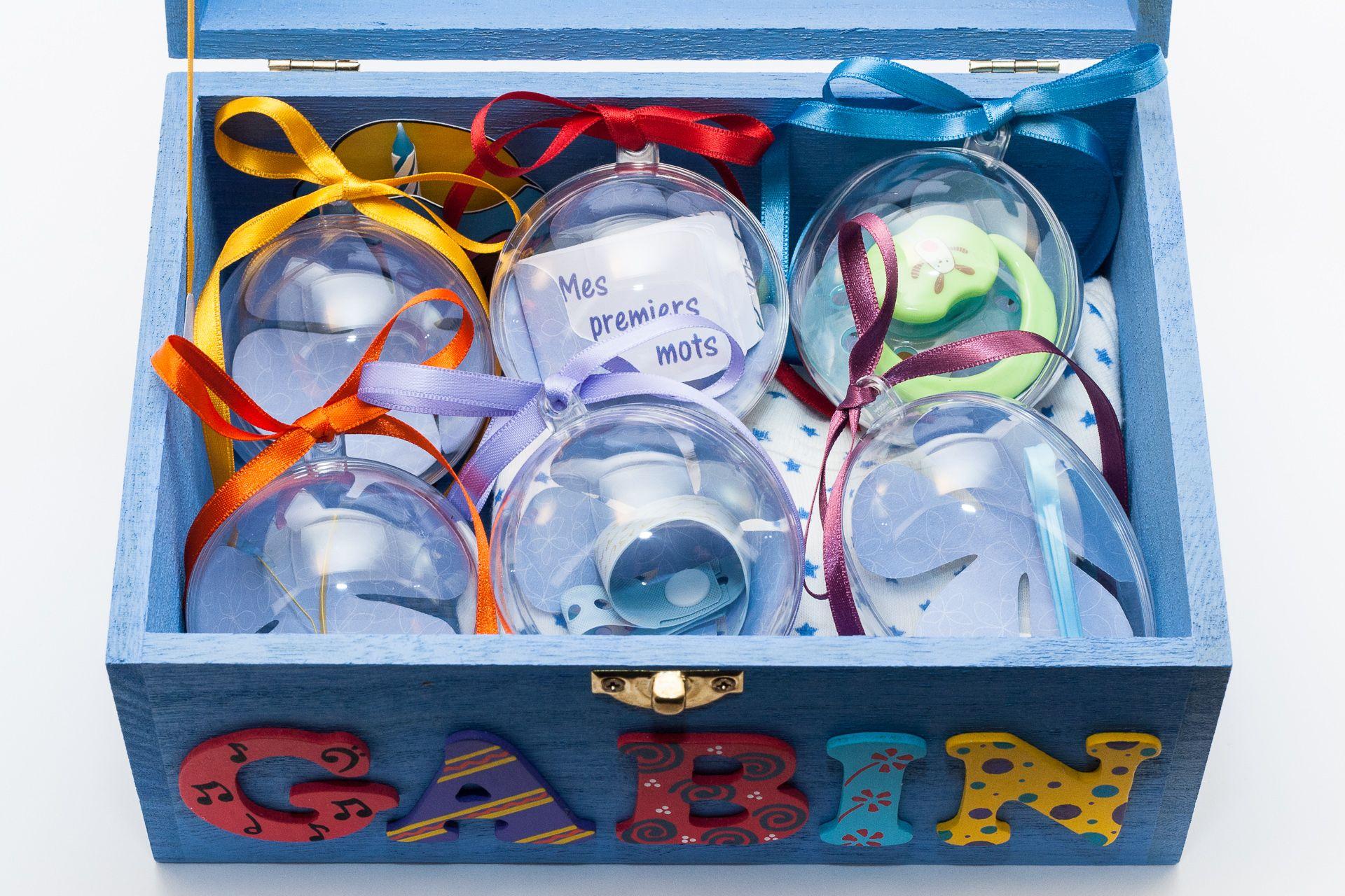 Coffret bleu ciel, prénom décoré Gabin, intérieur avec pochette cupcake et boules