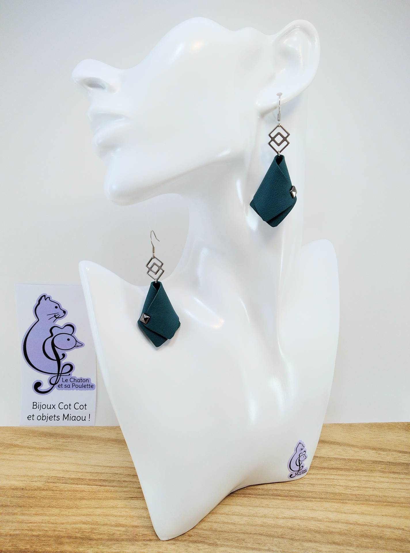 GAGNEES CONCOURS ! BO FORMIDABLE modèle VAL Cuir vert émeraude, breloque inox carrés entrelacés et carré diamant laiton noir