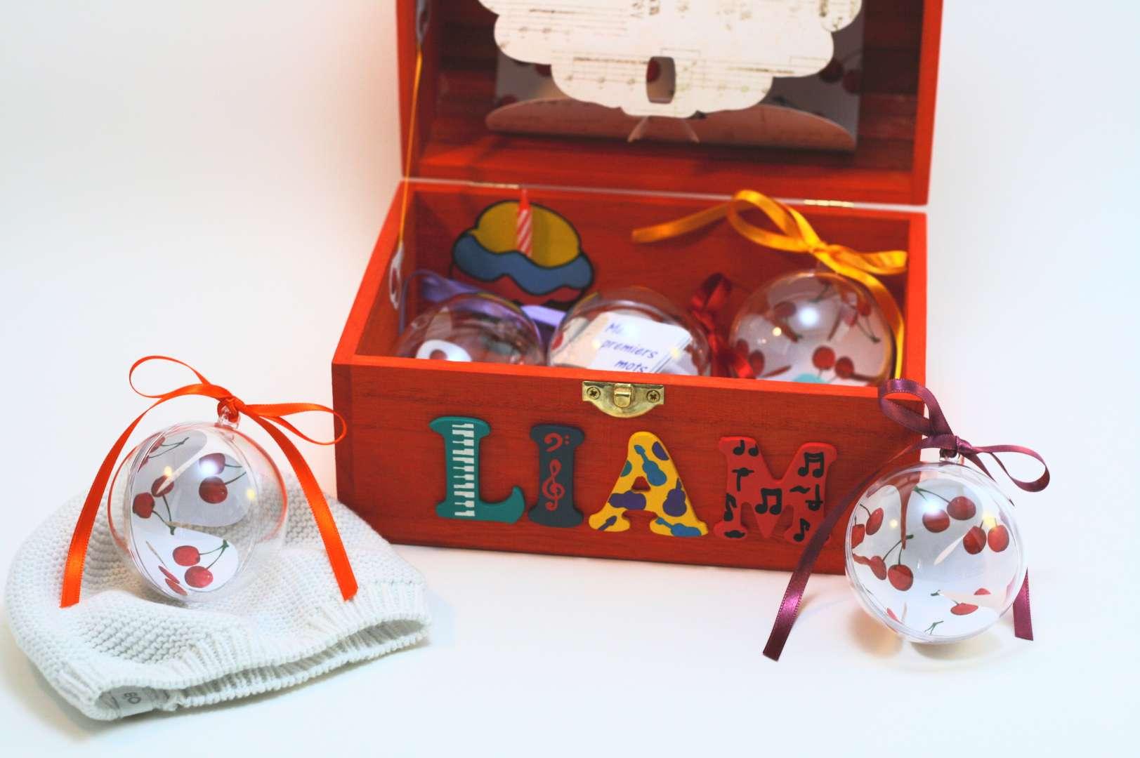 Coffret orange carotte Liam, intérieur avec pochette cupcake, pochette dans le couvercle et boules