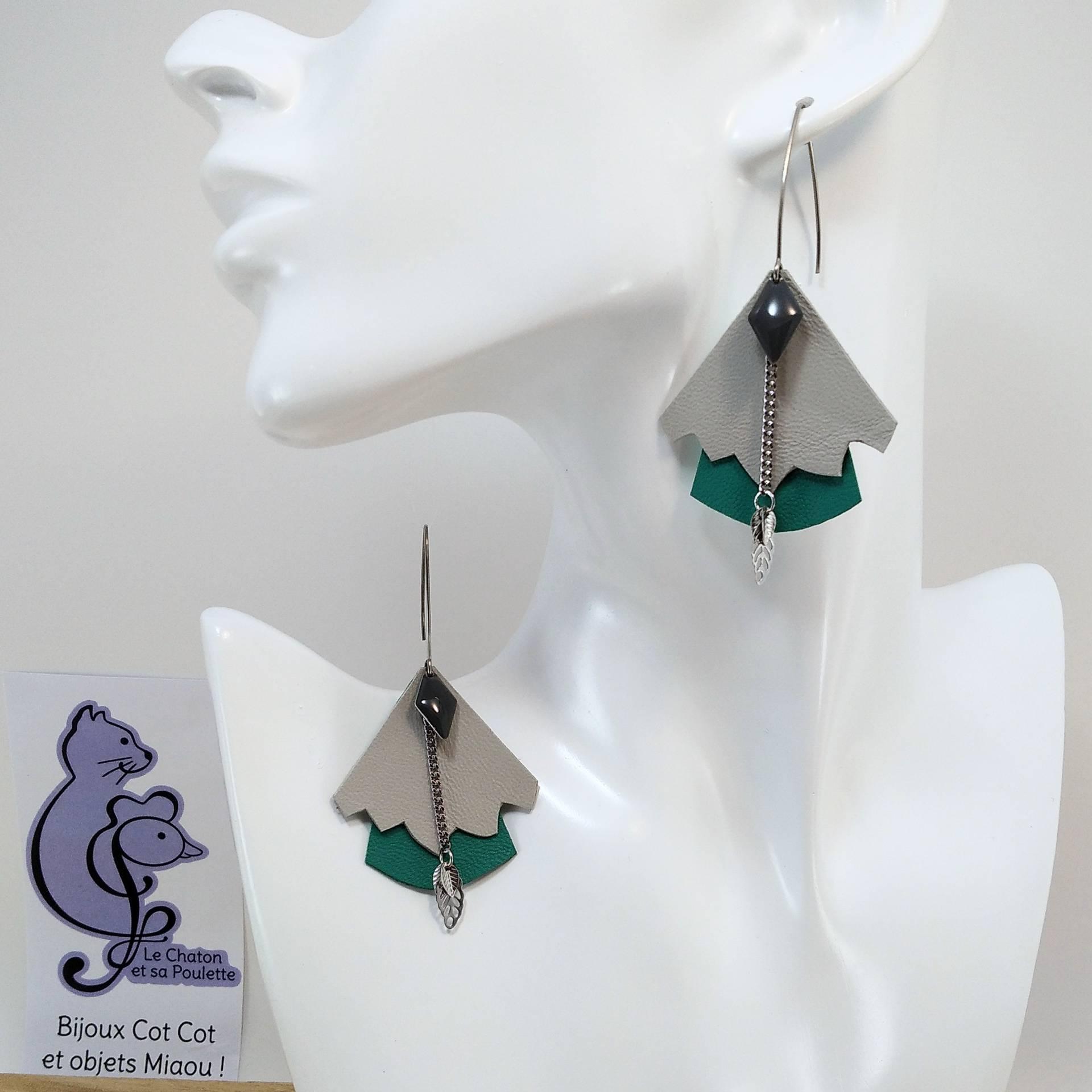 BO FORMIDABLE modèle n°5 Cuirs gris clair et vert prasin, breloque diamant gris