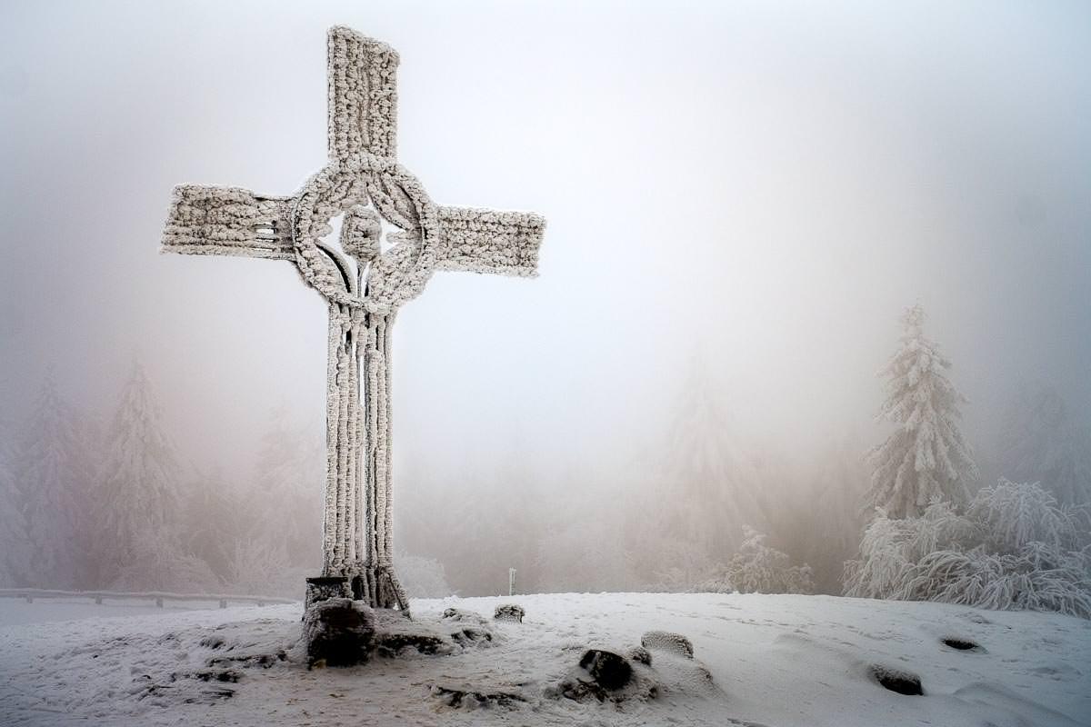Gipfelkreuz auf dem Feldberg im Taunus im Winter mit Raureif
