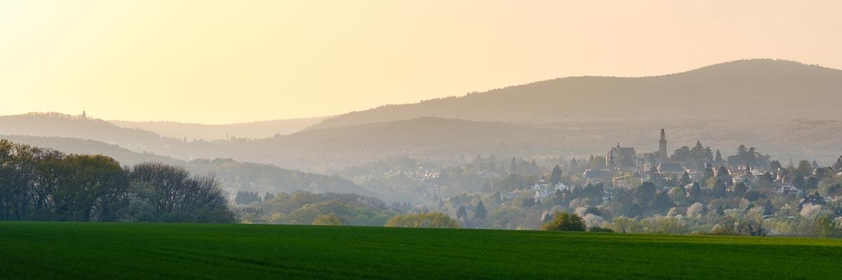 Ein Blick auf die Landschaft mit Falkenstein über Kronberg und dem Altkönig im Taunus