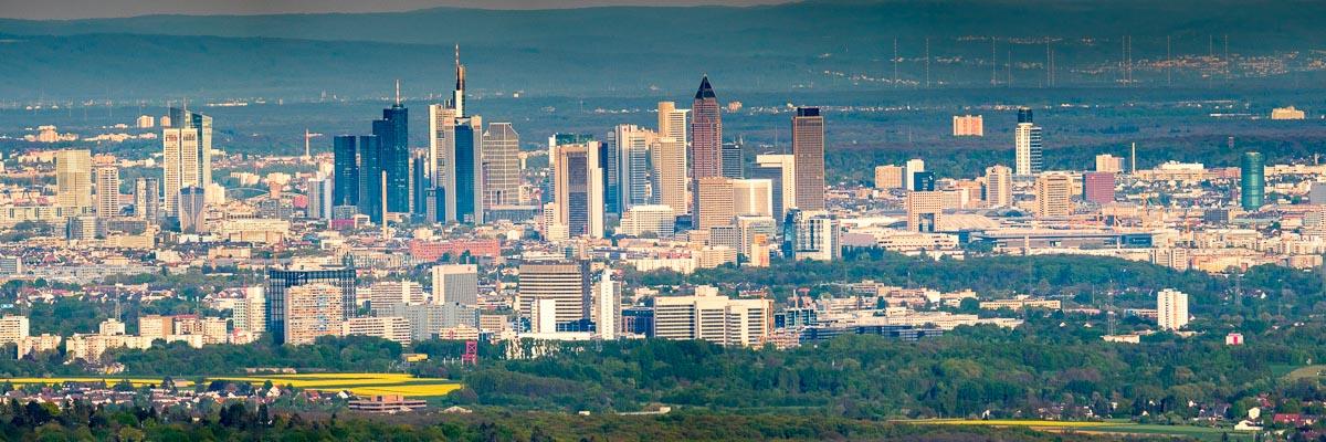 Die Skyline vom Finanzplatz Frankfurt und Eschborn von oben gesehen