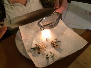Räuchern mit Kerze, Sieb und Feder