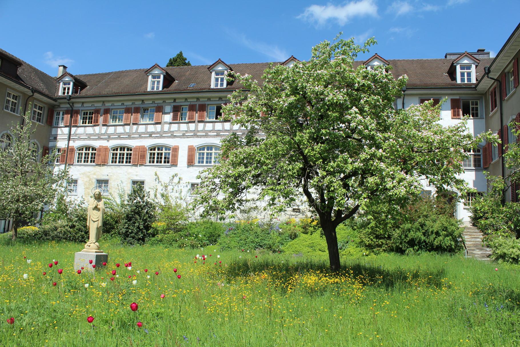 Sicht auf den blühenden Innenhof des Klosters