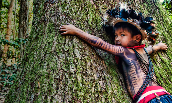Quelle: www.regenwald.org, Kind aus dem Volk der Paiter Suruí Brasilien