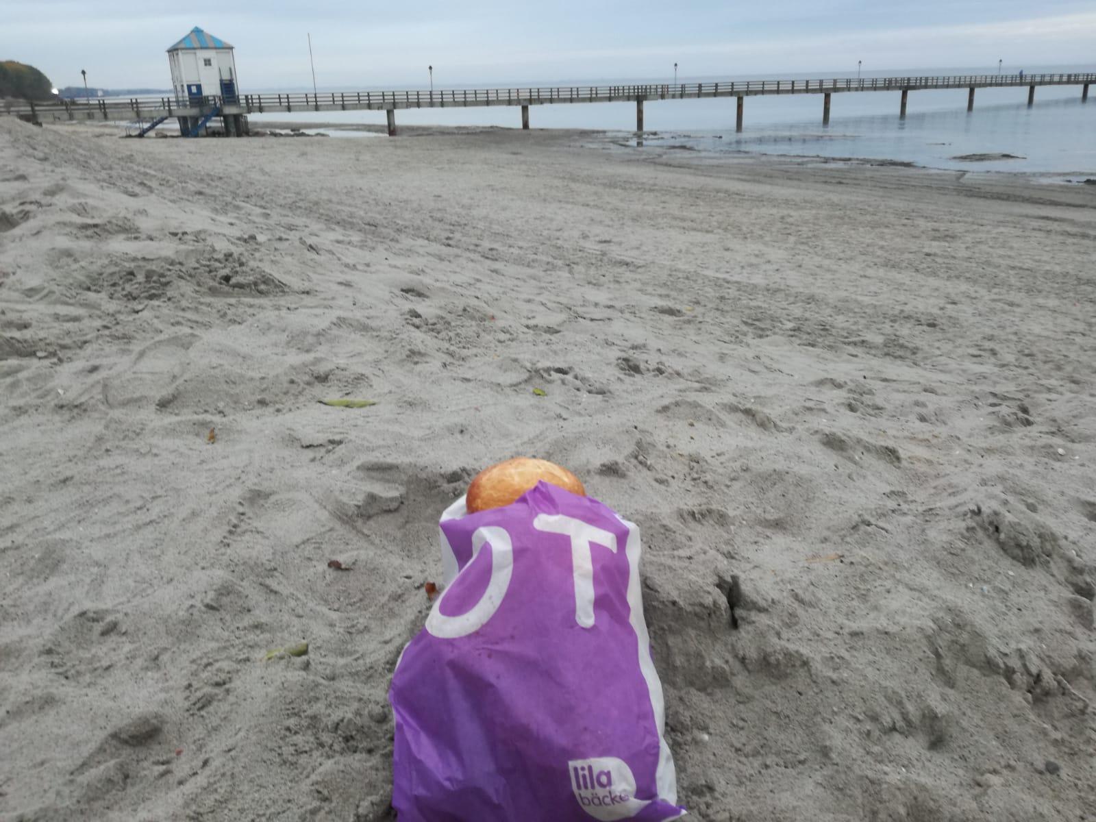 die Brötchentüte am Strand