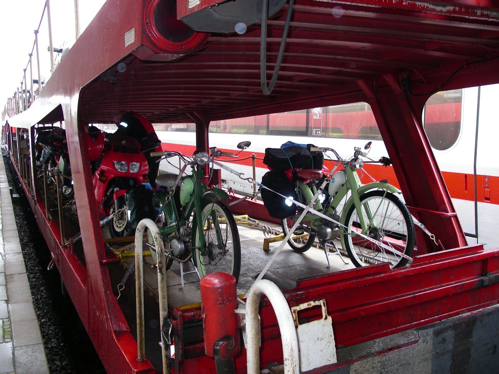 die Quicklys auf dem Autoreisezug nach Hamburg