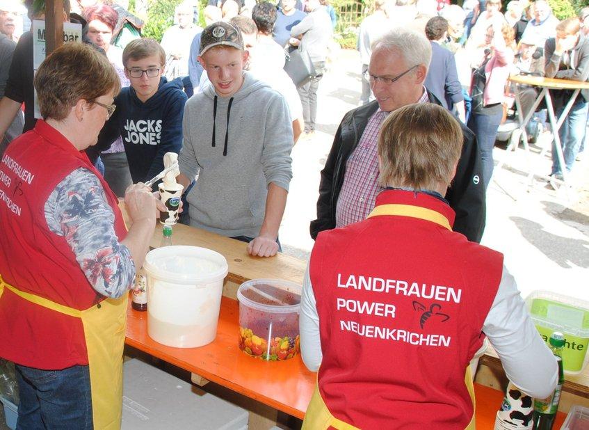 LandFrauen in Aktion - am Vormittag unterstützten die LandFrauen Neuenkirchen. - Foto: Björn Thienenkamp
