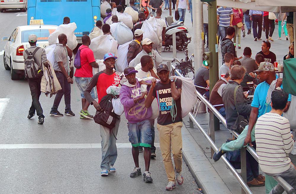 Нелегальные мигранты с поддельным товаром скрываются от полиции. Мадрид
