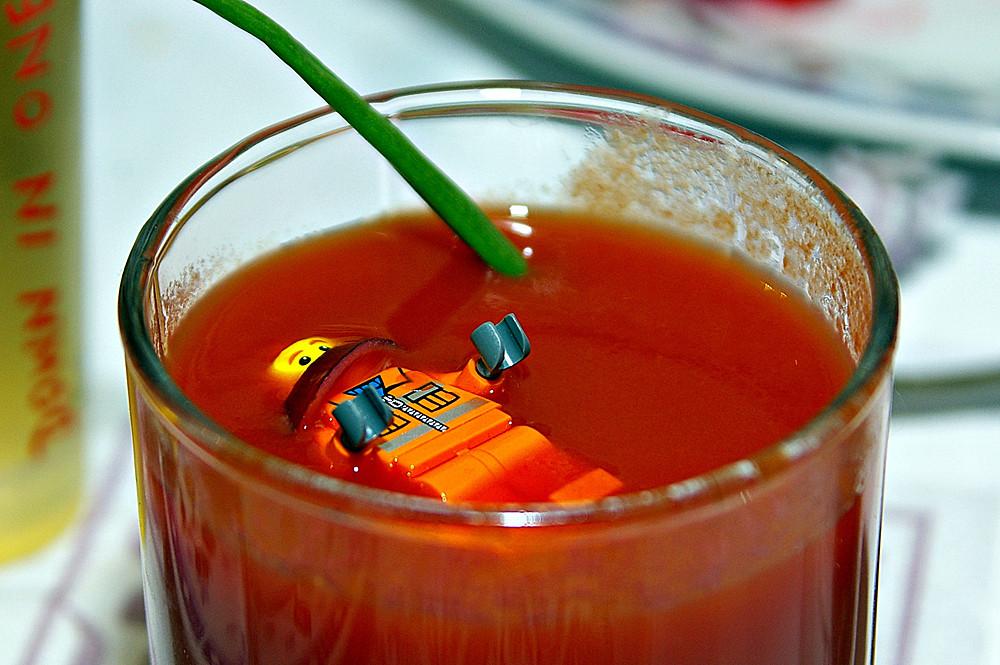 Беглый зэк Алехандро скрывается от преследователей в томатном соке