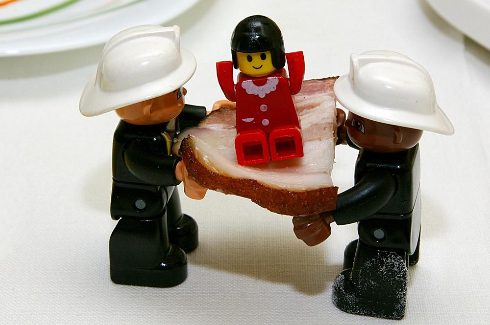Пожарные Мигель и Анхель с помощью мясного батута спасают жизнь девочке
