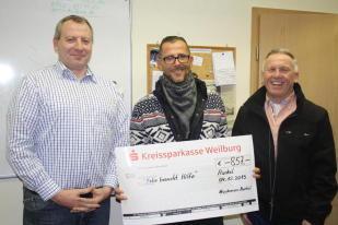Vorsitzender Bernhard Jung (links) und Ortsvorsteher Eberhard Bremser (rechts) überreichten den Spendenscheck des Musikvereins an Felix' Vater André Schwan.