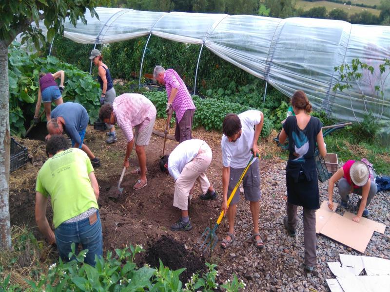 Formation permaculture avec notre animatrice -permacultrice  expérimentée Aurore