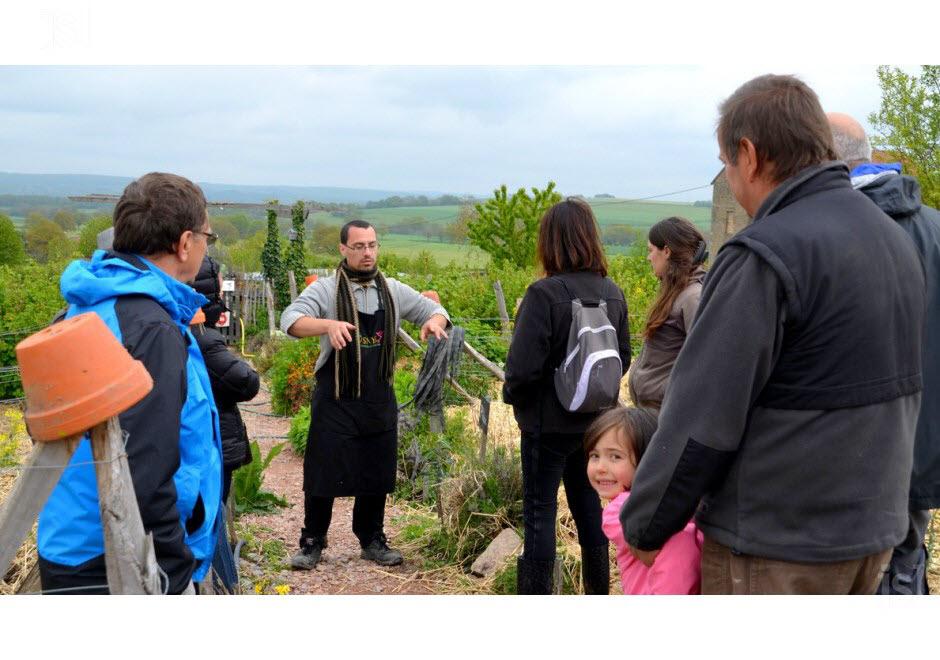 Uther aura parlé pendant 8h non-stop le dimanche lors des visites guidées du jardin en permaculture