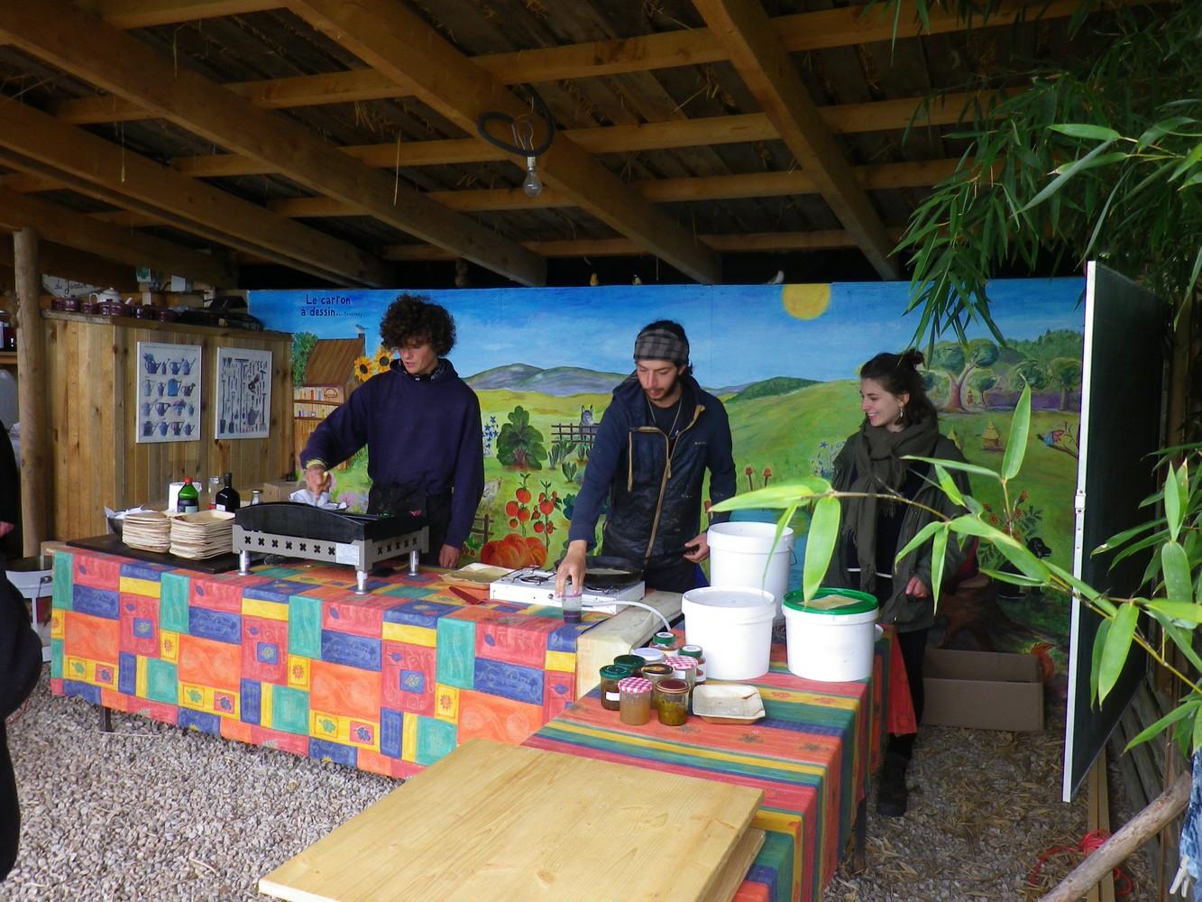 Virgile et Simon aux crêpes et légumes du jardin