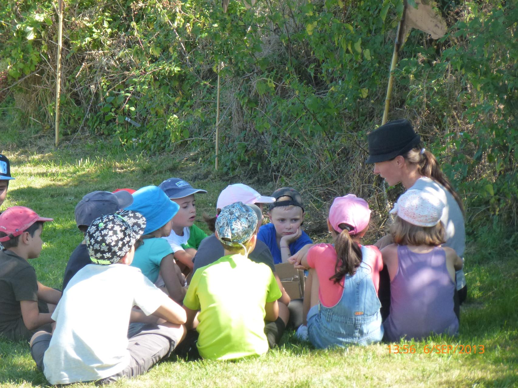L'animatrice Aurore avec un petit groupe d'enfants