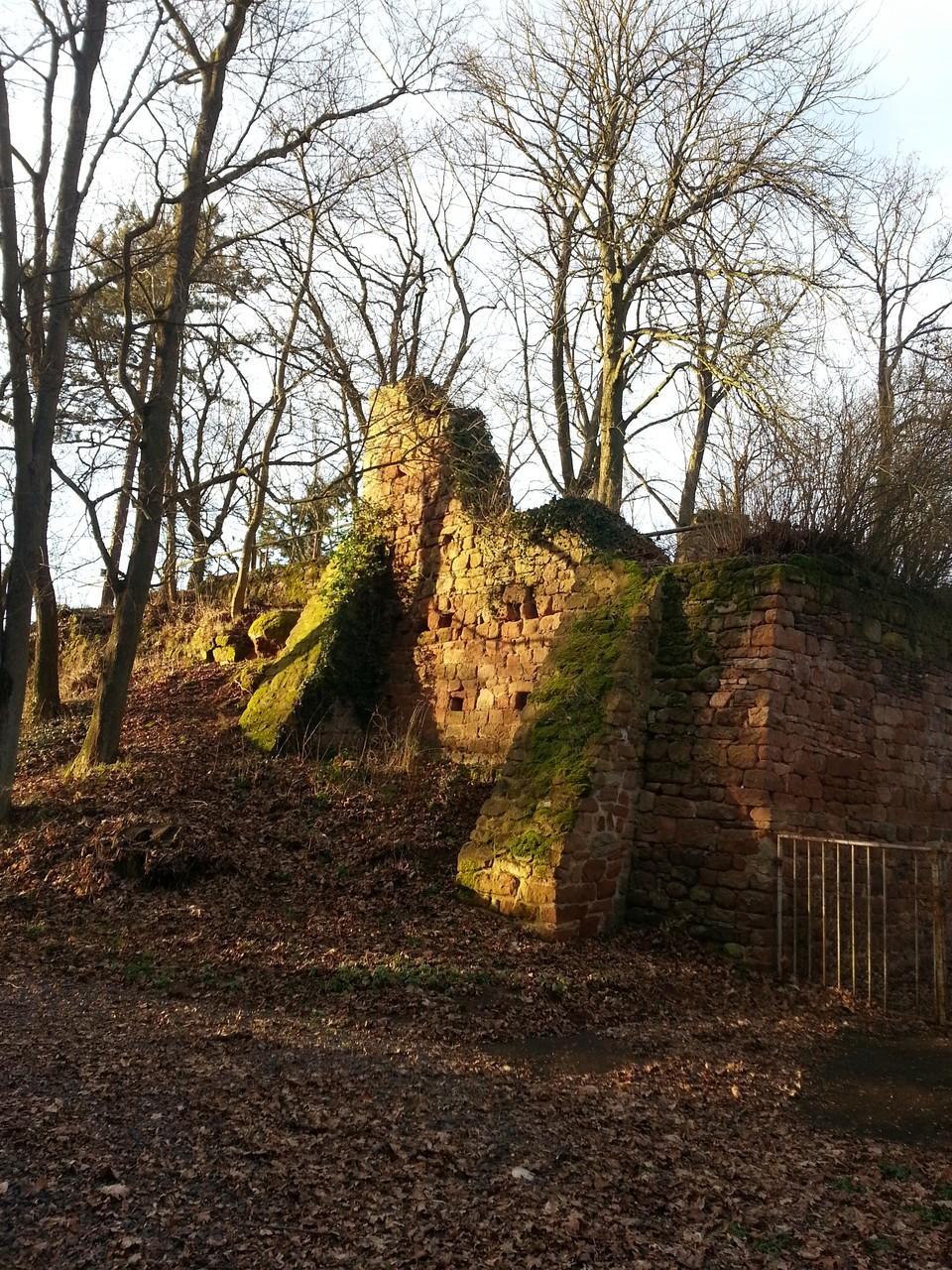 Keltische Burgruine hinter dem Gebäude