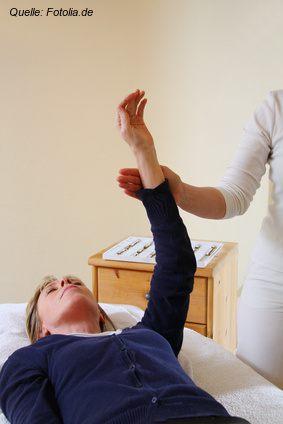 Kinesiologe bei der Durchführung des Muskeltests am Deltamuskel des Klienten / Patienten.