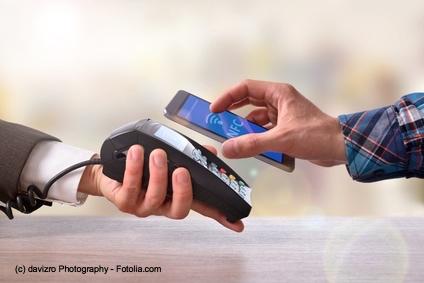Kontaktloses Zahlen mit Karte dank RFID-Technologie ist immer häufiger zu sehen.