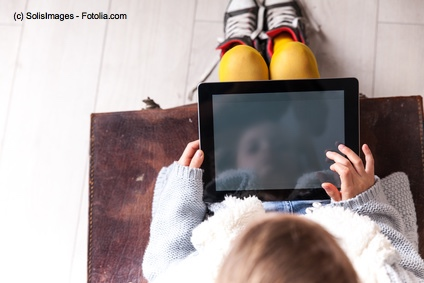 Kleinkind mit iPad
