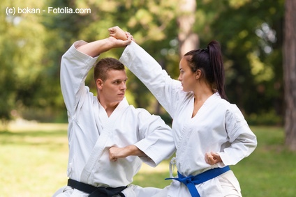 Karate ist spezialisiert auf Schlagen und Treten.