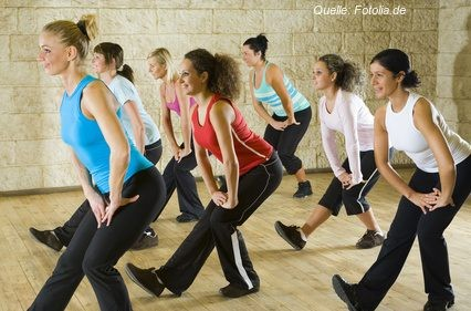 Für alle 'Berufssitzer' ist die Wadendehnung die zweitwichtigste Übung für die tägliche Fitness.