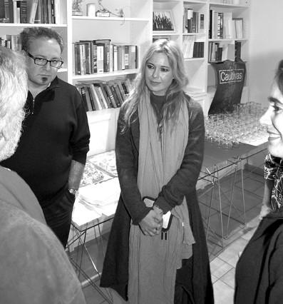 """Foto © León W. Schönau: Die Regisseurin des Films """"Cautivas"""", Mercedes Ortega, im Gespräch mit Mitgliedern von """"Canarias en Berlín""""."""