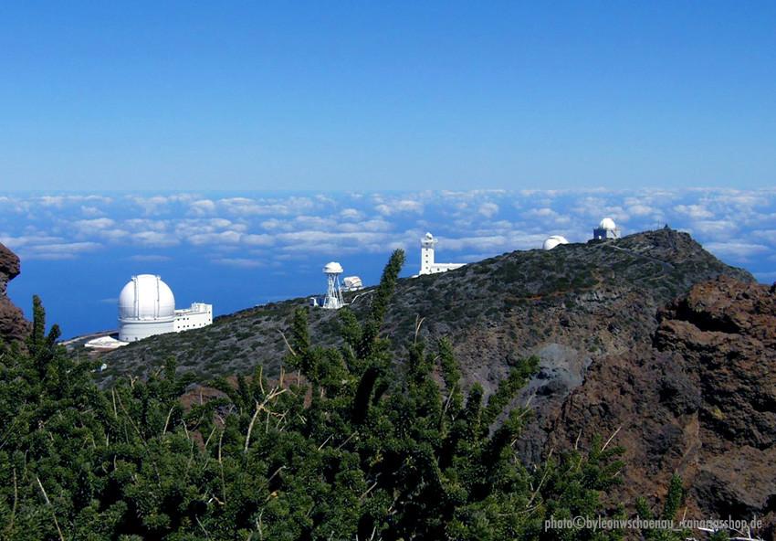 Blick auf die Observatorien und anderen technischen Weltraum-Beobachtungseinrichtungen auf dem Roque des Los Muchachos, links im Bild das GTSC.