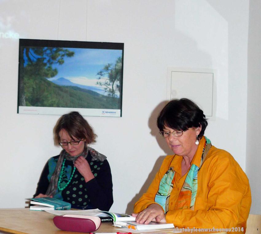 Autorin Ines Dietrich, La Palma, (r.) liest aus ihrem Buch. Links: Verlegerin Claudia Gehrke.