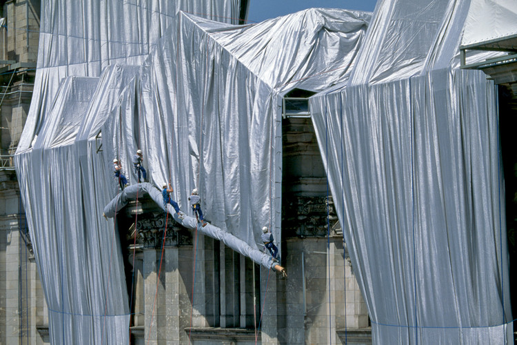 Eine Gewebebahn wird vor der Fassade des Reichstagsgebäudes entrollt. // Foto: Wolfgang Volz