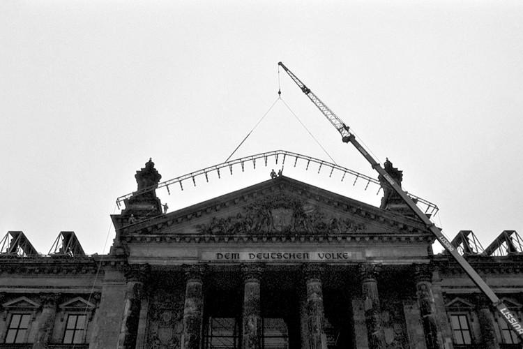 Die Stahlrohrkonstruktionen zum Schutz des Gebäudes werden am Reichstag angebracht. // Foto: Wolfgang Volz