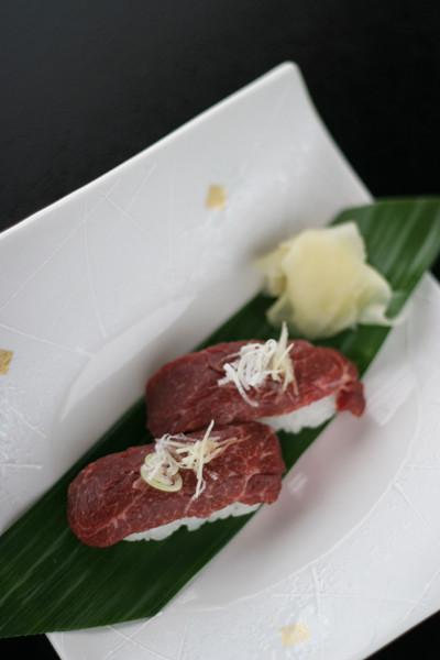馬刺し握り寿司。握り、刺身で