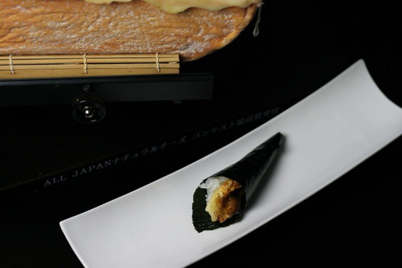 焦がし醤油でラクレットチーズの手巻き寿司