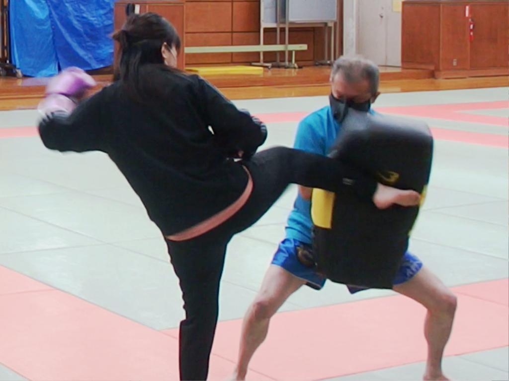 女性も子供もキックボクシング練習