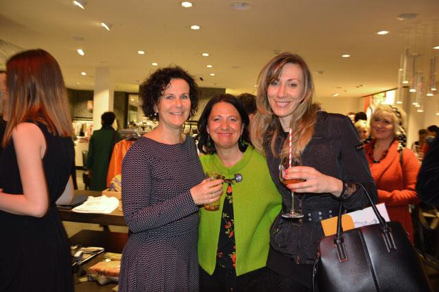 Doris Schwarzberger mit Marianne Rauscher vom Weltladen Fürstenfeld und Kathie Jankovich vom Organisationsteam