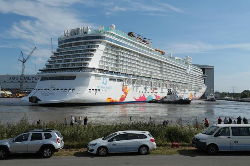 Meyer-Werft Papenburg -Schiff wird ausgedockt