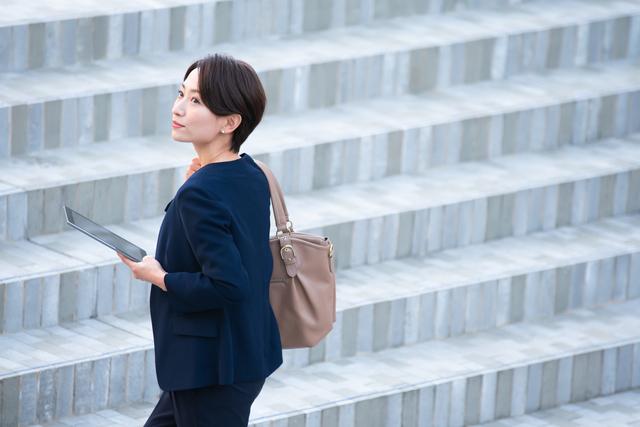 階段あがる女性