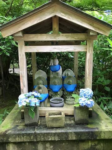 お地蔵さまも明月院ブルーでキメてます