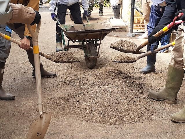 ボカシ肥の材料を混ぜる。皆さんのスコップ使いのうまさよ…。